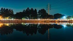 Sjöreflexion på natten royaltyfri foto