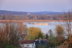 Sjöresa med en färja i Werder/Havel, Potsdam, Brandenburg i Tyskland royaltyfri foto