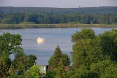 Sjöresa med ett fartyg i Werder/Havel, Potsdam, Brandenburg, Tyskland arkivfoto