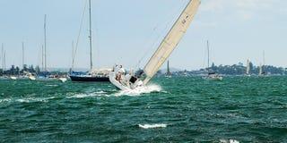 Sjösegling och segelbåt Racing på hastighet i medvind Fotografering för Bildbyråer