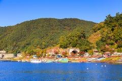 Sjösida av den Kawaguchi staden som beskådas från färjan, Kawaguchigo, Japan Royaltyfri Foto