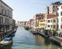 Sjösida av den storslagna kanalen i Venedig Arkivbilder