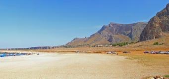 sjösida för liggandebergpanorama Royaltyfria Bilder