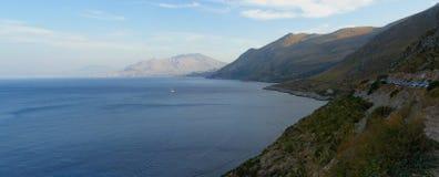 sjösida för liggandebergpanorama Arkivbilder