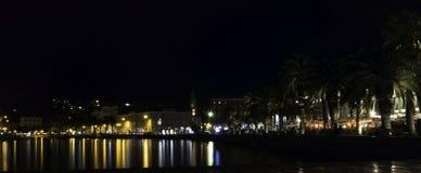 Sjösida i och stad vid natt i splittring, Kroatien royaltyfri bild