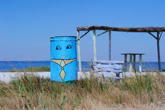 Sjösida-, vattenbehållare, träbänk och markis Royaltyfri Foto