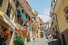 Sjösidaby Manarola, färgrika byggnader och turist- folk i Cinque Terre, Italien Arkivfoton