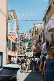 Sjösidaby Manarola, färgrika byggnader och turist- folk i Cinque Terre, Italien Royaltyfri Fotografi