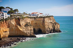 Sjösidaby på en klippa som förbiser havet i Portugal Fotografering för Bildbyråer
