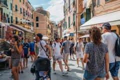 Sjösidaby Vernazza, färgrika byggnader och turist- folk i Cinque Terre, Italien Arkivbilder
