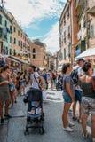 Sjösidaby Vernazza, färgrika byggnader och turist- folk i Cinque Terre, Italien Arkivfoto