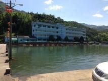 Sjösidalandskap i Kina i SummerSwimming i bergen av Kina i sommar royaltyfria bilder