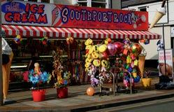 Sjösidaleksaken och glass shoppar i Southport, UK Arkivfoto
