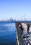 Sjösidan parkerar, Baku, Azerbajdzjan - April 17, 2017 En grupp av sportfiskare fiskar i Kaspiska havet från pir Royaltyfri Bild