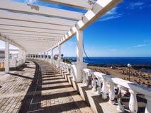 Sjösidapromenad längs den Las Americas stranden Royaltyfri Bild