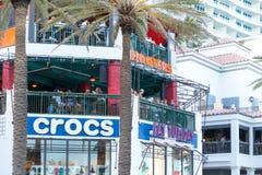 Sjösidarestauranger och shoppar i en livlig gata fotografering för bildbyråer