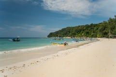 Sjösidasikt av den idylliska Pulau Perhentian Besar ön, Malaysia arkivbilder