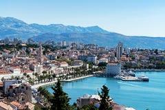 Sjösidasikt på den kluvna staden - Dalmatia, Kroatien Arkivfoton