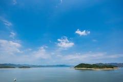 Sjösikt i sommar med trevlig himmel- och bergsikt Royaltyfria Foton