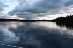 Sjösikt med horisonten Fotografering för Bildbyråer