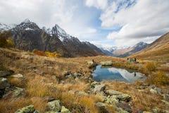 Sjösikt nära den Churchkhur floden på hösten royaltyfri fotografi