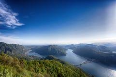 Sjösikt och berg på Lugano, Schweiz Sjö/berg för siktspunkt arkivfoton