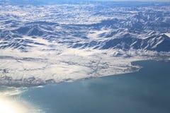 Sjöskåpbil och berg i Turkiet Arkivfoton