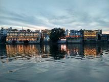 SjöslottUdaipur Pichola afton HDR royaltyfri fotografi