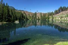SjösmekningDolomites Italien Sjö av Caresse i Italien Sceniskt ställe och berömd touristic destination Urtids- natur fotografering för bildbyråer