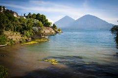 Sjöstad och berg i Guatemala Arkivfoton