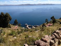 SjöTiticaca sikt från den Taquile ön Arkivbild