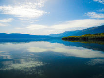 Sjövattenreflexion Arkivfoton