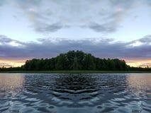 Sjöyttersida på aftonen i Lettland, Östeuropa Landskap med vatten och skogen fotografering för bildbyråer