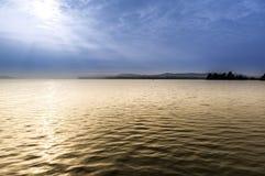 Sjö av Varese i en dimmig morgon Fotografering för Bildbyråer
