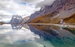Sjö i de schweiziska fjällängarna Fotografering för Bildbyråer