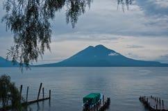 Sjö och vulkan Arkivfoton