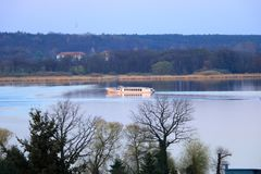 Sj?resa med en f?rja i Werder/Havel, Potsdam, Brandenburg i Tyskland royaltyfri bild