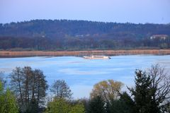 Sj?resa med en f?rja i Werder/Havel, Potsdam, Brandenburg i Tyskland royaltyfri foto