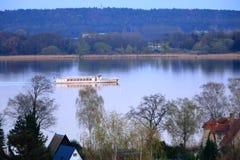 Sj?resa med en f?rja i Werder/Havel, Potsdam, Brandenburg i Tyskland arkivbild