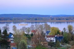 Sj?resa med en f?rja i Werder/Havel, Potsdam, Brandenburg i Tyskland arkivfoto