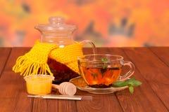 Sjaal en een kop thee stock foto's