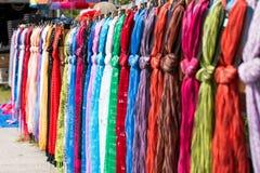 Sjaal of sjaal bij markt Royalty-vrije Stock Foto's