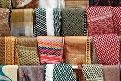 Sjaals, sjaals en bladen van Bedouins en de Palestijnen in Petra, Wadi Musa, Jordanië, stock foto's