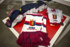 Sjaals en kappen van Genua 1893 voetbalteam op verkoop in Genoa Shop het gebied bij van Genua 'Porto Antico ', Italië royalty-vrije stock afbeeldingen