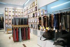 Sjaals, overhemden en stropdassen in winkel Royalty-vrije Stock Foto's