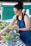 Sjal för kvinnaportionsallad i utomhus- kök arkivbild