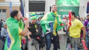 Sjalen själva med lyckliga Brasilien för flaggor fans sjunger och hoppar stock video