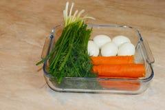 Sjalingredienser: grönska morot, ägg Framställning av ett sunt sjalsmörgåsbegrepp Arkivfoton