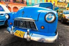 Sjaskig amerikansk bil i en färgrika Havana Arkivfoton