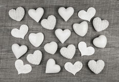 Sjaskig chic garnering: vita hjärtor på trävit grå backgr Royaltyfri Foto